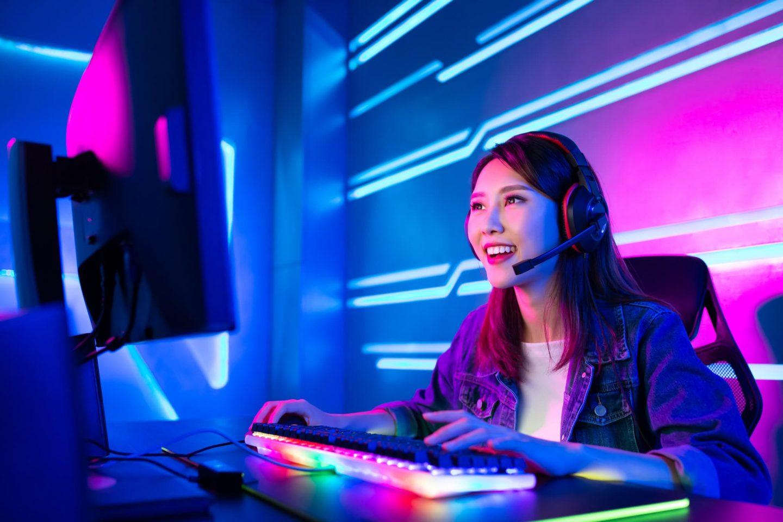 E-Sports Gamergirl während eines Live Streams