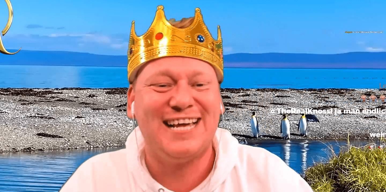 Knossi mit seiner gewohnten Krone