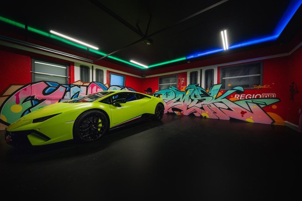 Die Garage im neuen Haus ist mit Graffiti geschmückt