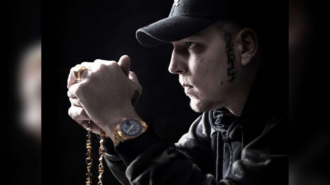MontanaBlack mit Uhr und Kette im Profil
