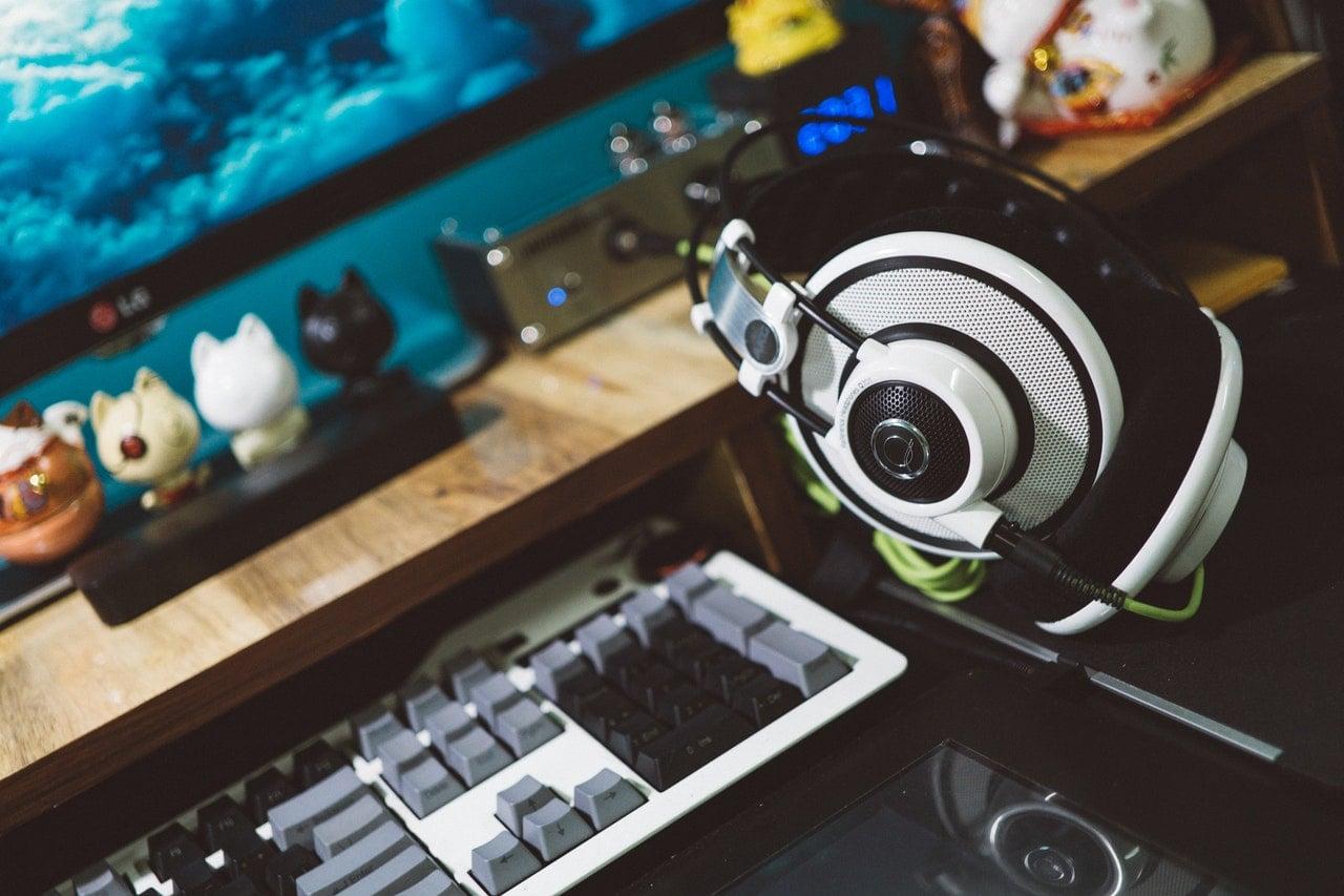 Ein schwarz-weißes Headset passend zur Tastatur